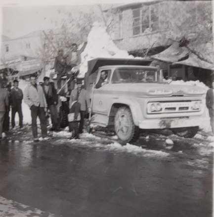 بروجرد. اهالی انبوه برفهای داخل شهر را جمع آوری و به بیرون شهر منتقل می کنند.