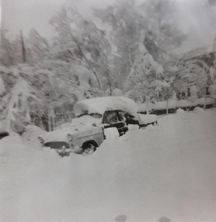 بروجرد. اتومبیلی که در انبوه برف غرق شده است.